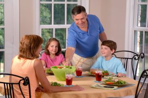 Family_eating_lunch_(2)
